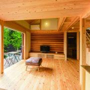 周辺の森に溶け込むよう、家と庭をトータルにデザイン