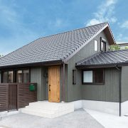 木の素材感を随所に活かし、育児しやすいくつろぎの家に