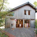 大切に育てた木で造った家は、のどかな風景によく似合う